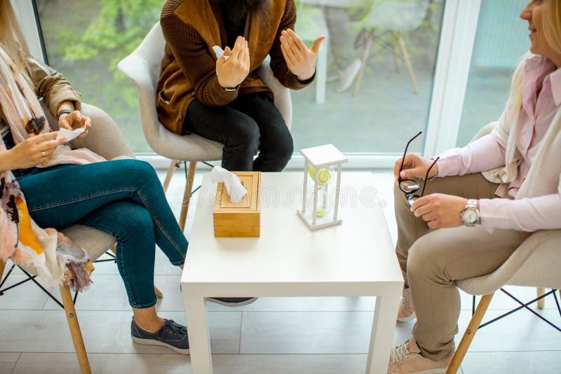 Пары сидя с психологом во время умственной терапии стоковая фотография