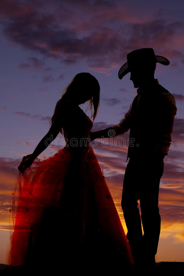 Пары силуэта она держит платье стоковое фото