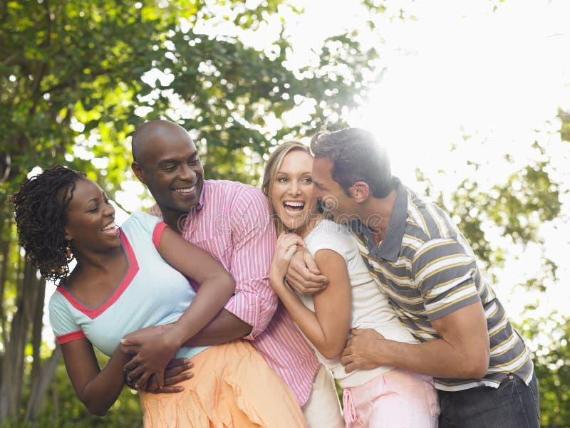 Пары смеясь над в саде стоковое изображение rf
