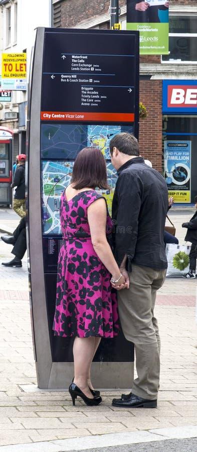Пары смотря карту центра города стоковое фото rf