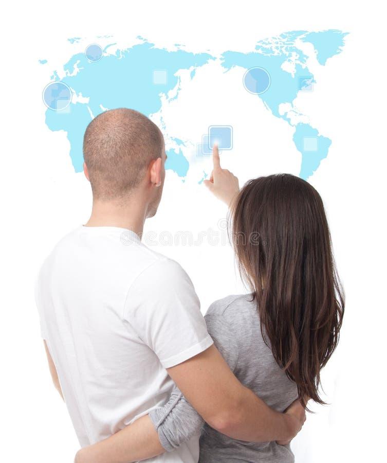 пары смотря мир касания экрана карты стоковое фото