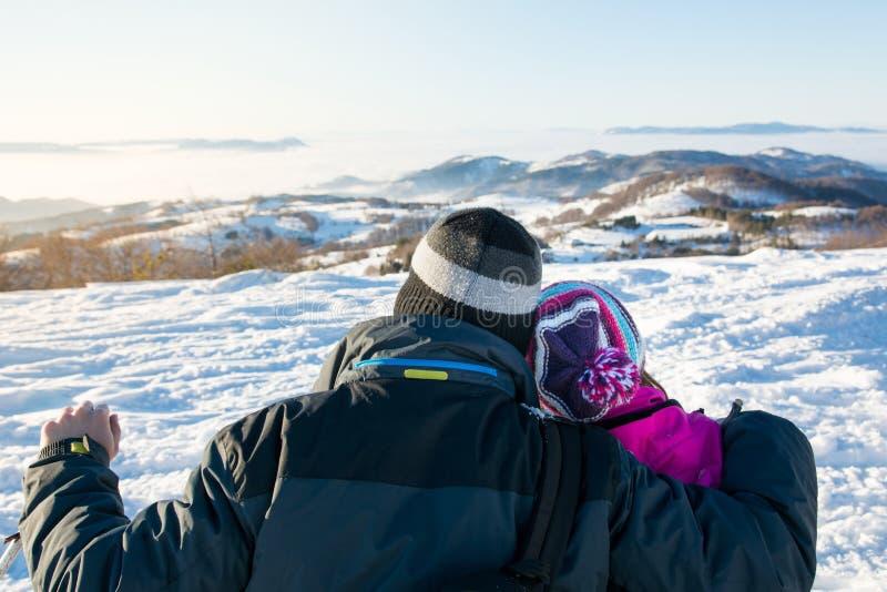 Пары смотря снежный горизонт гор стоковое изображение rf