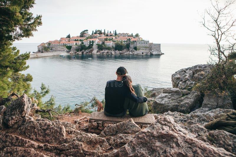 Пары смотря Sveti Stefan стоковое изображение rf