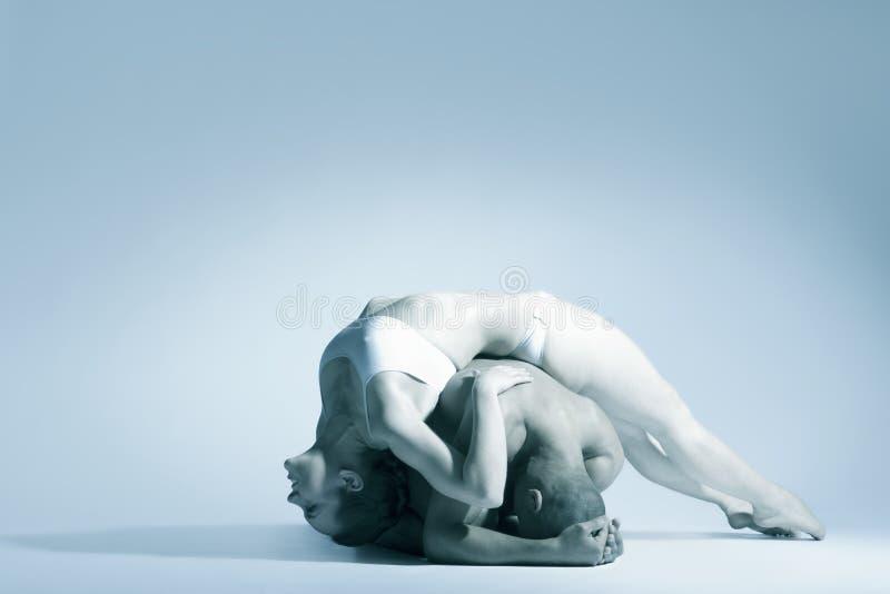Пары современного танца выполняя над голубой предпосылкой стоковая фотография