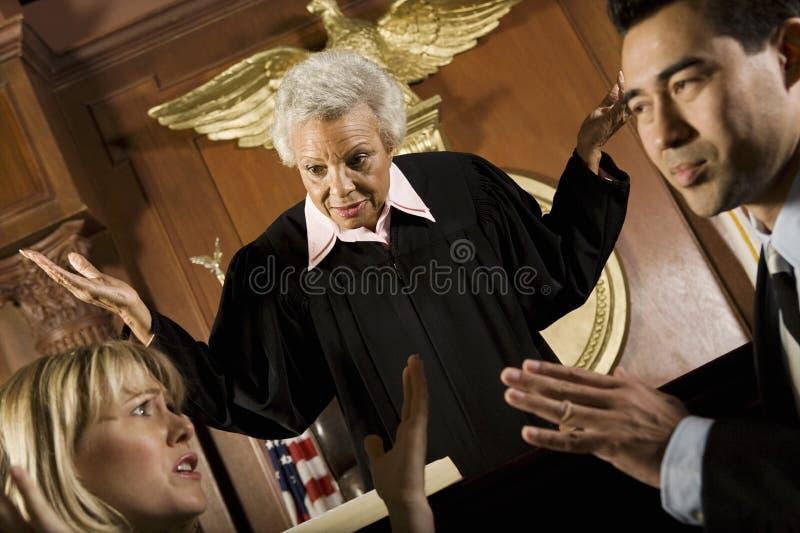 Пары споря перед судьей стоковые фотографии rf