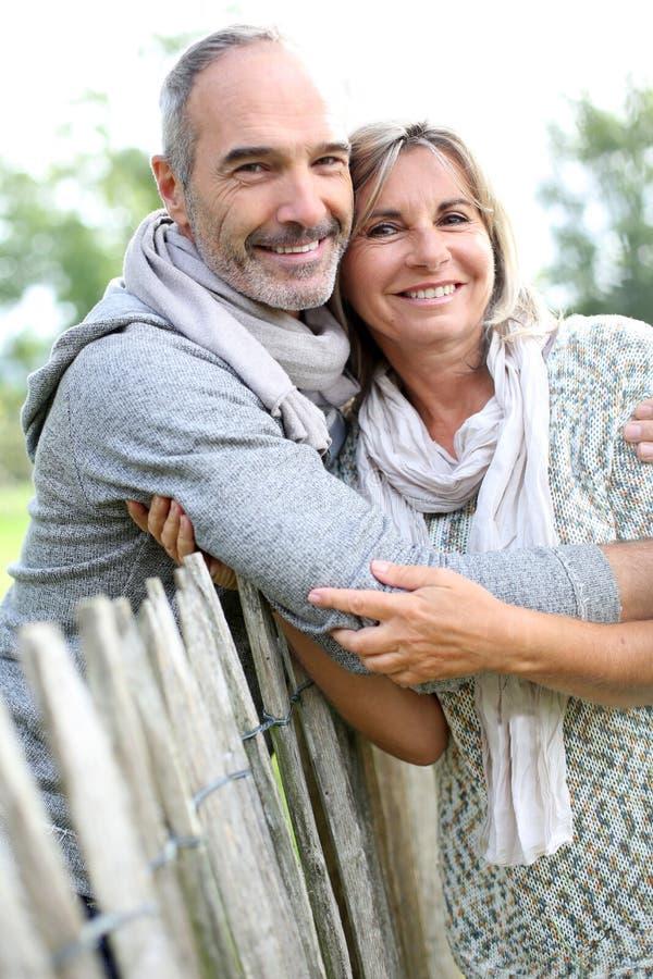 Пары старшиев полагаясь на деревянной загородке стоковое изображение rf