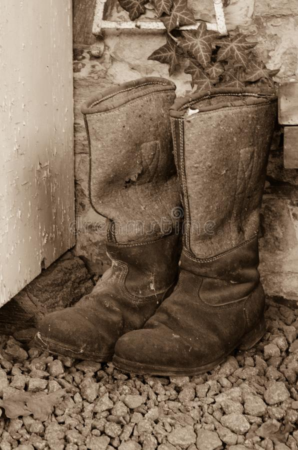 Пары старых винтажных используемых ботинок колена зимы высоких сделанных из войлока и кожи стоковое фото