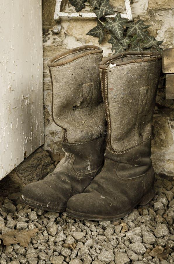 Пары старых винтажных используемых ботинок колена зимы высоких сделанных из войлока и кожи Достигшее возраста влияние фото стоковые фотографии rf