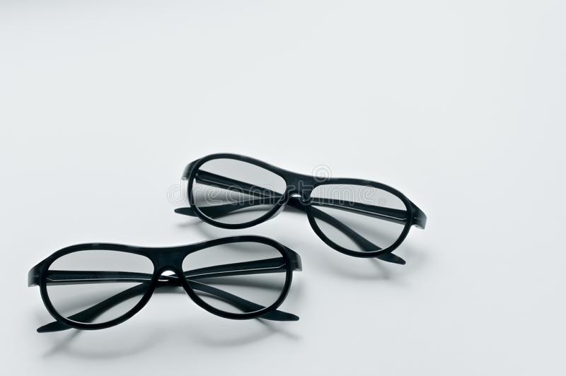 2 пары стекел 3d для кино Смотреть фильм в 3d Черные стекла стоковая фотография rf