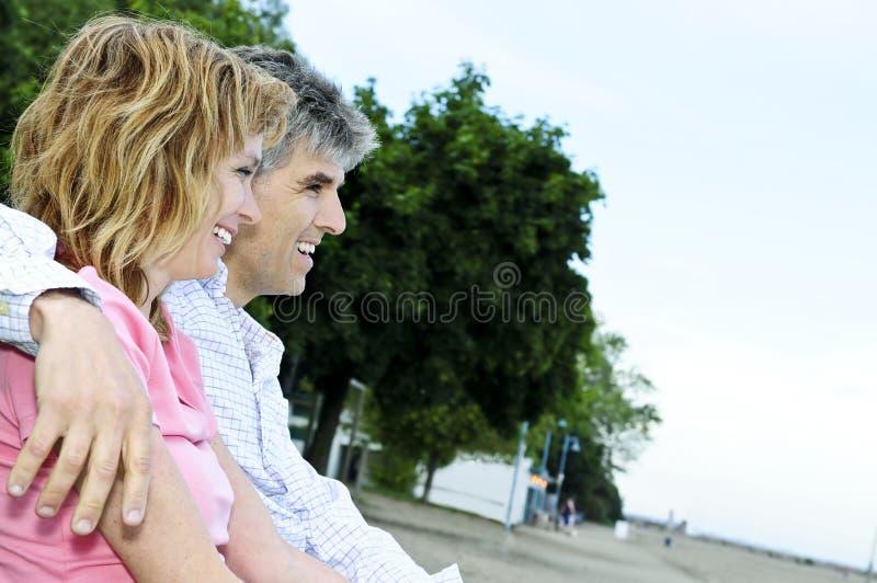 пары стенда зреют романтичное стоковое изображение