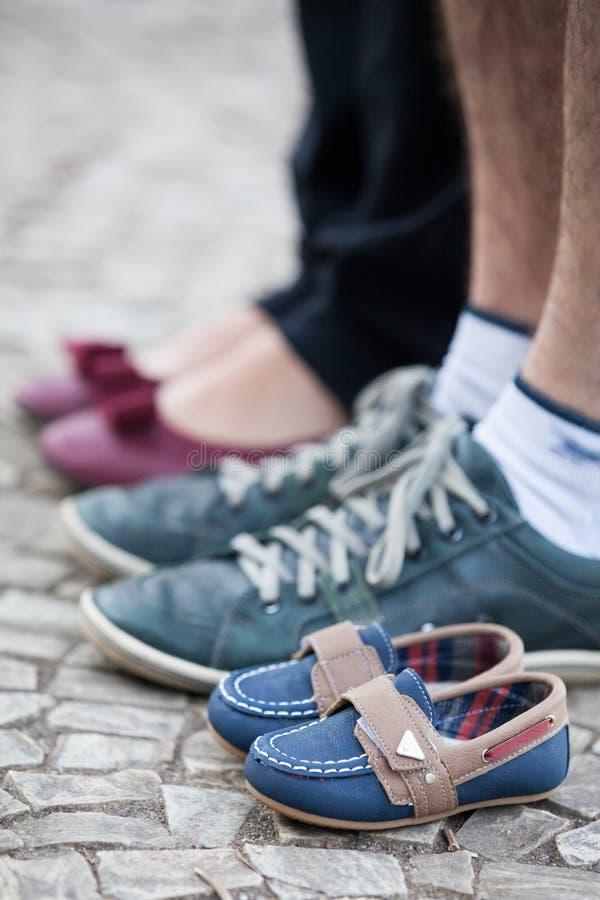 Пары стоя вдоль малых ботинок стоковые изображения rf