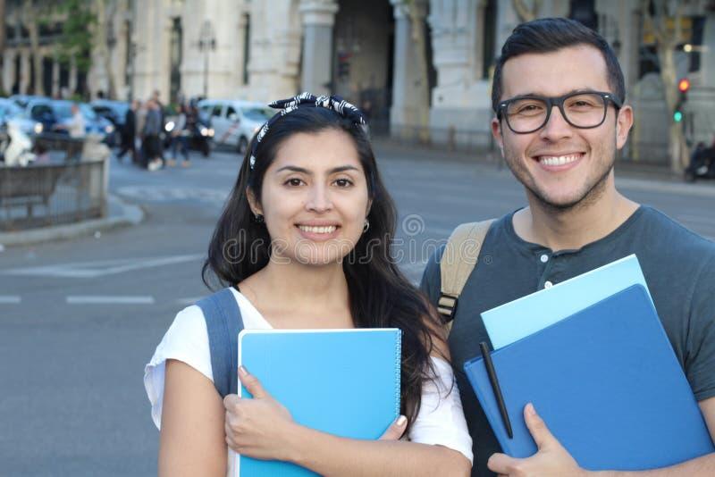 Пары студентов на улице стоковые изображения rf