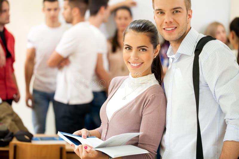 Пары студентов университета стоковое изображение rf