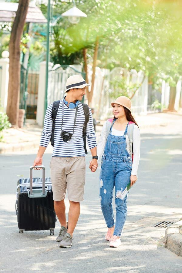 Пары счастливый путешествовать молодые стоковое изображение