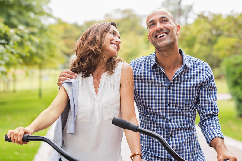 пары счастливые зреют стоковое фото
