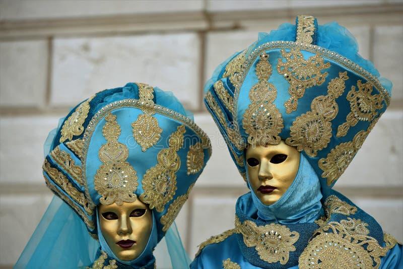 Пары с венецианскими костюмами, Венеция, масленица стоковые изображения rf