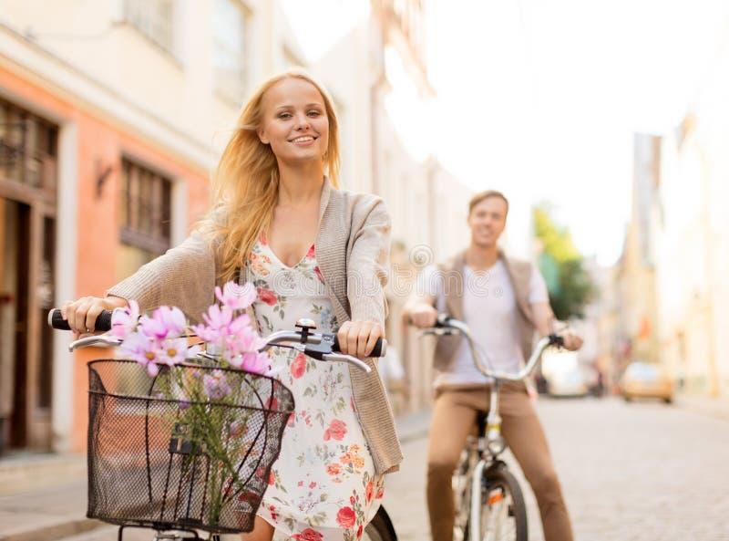 Пары с велосипедами в городе стоковое изображение