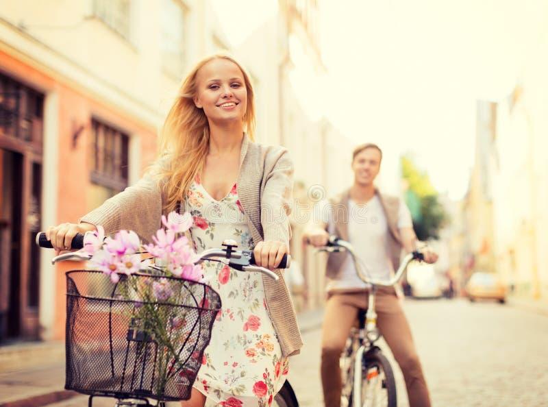 Пары с велосипедами в городе стоковые фотографии rf