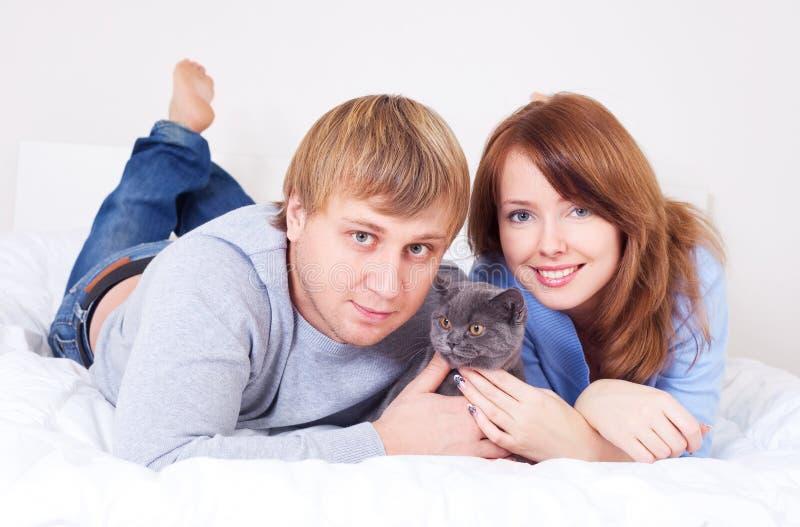 Пары с котом стоковое изображение