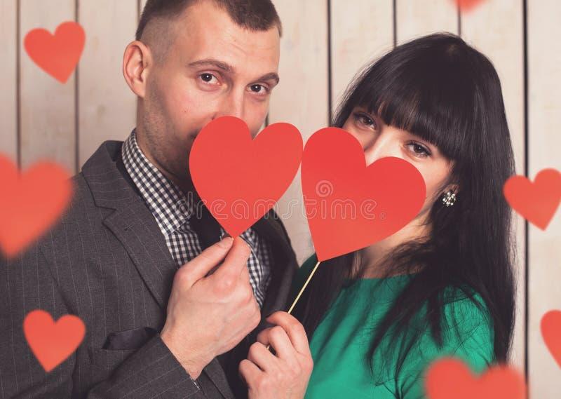 Пары с красным сердцем стоковое фото rf