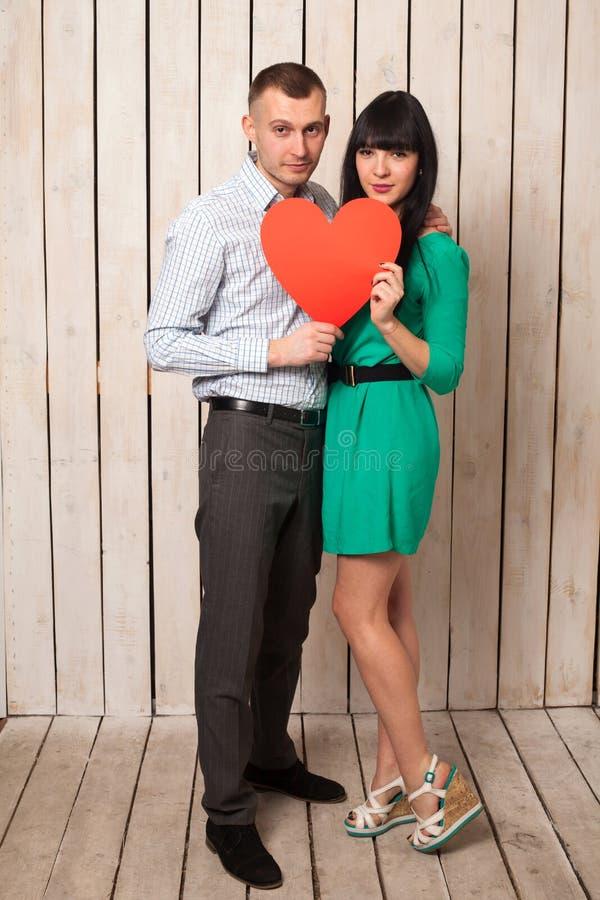 Пары с красным сердцем стоковые фотографии rf