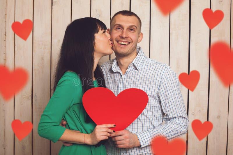 Пары с красным сердцем стоковое изображение