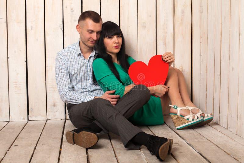 Пары с красным сердцем стоковая фотография