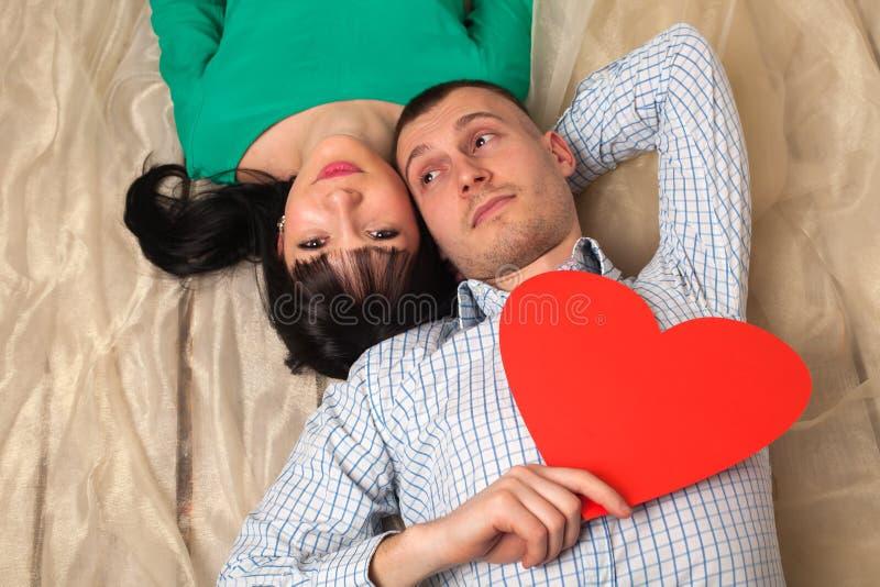 Пары с красным сердцем стоковое фото