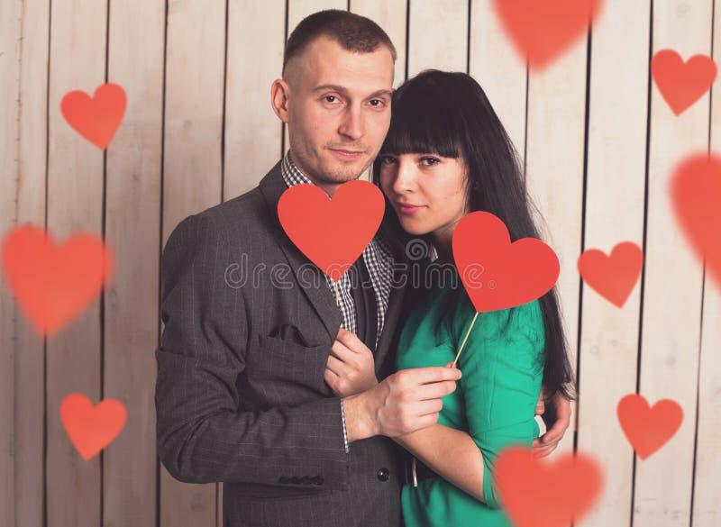Пары с красным сердцем стоковые фото