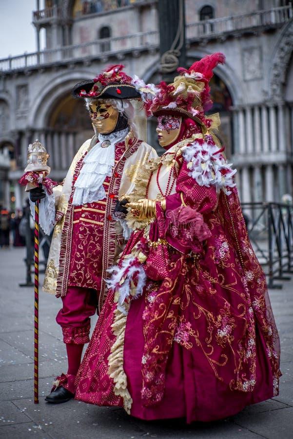 Пары с красочными венецианскими костюмом и маской стоковые изображения rf
