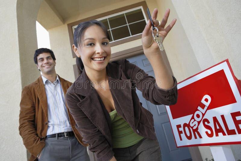 Пары с ключами к новому дому стоковые фото