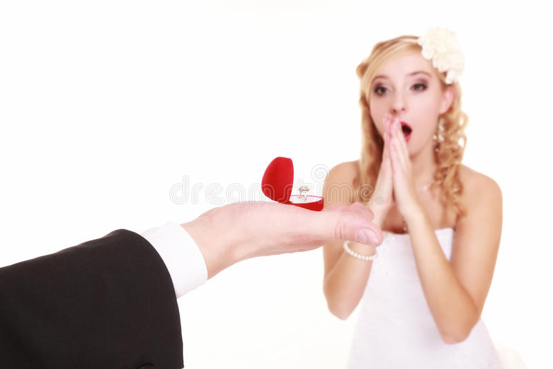 Пары с обручальным кольцом и подарочной коробкой  стоковое изображение rf