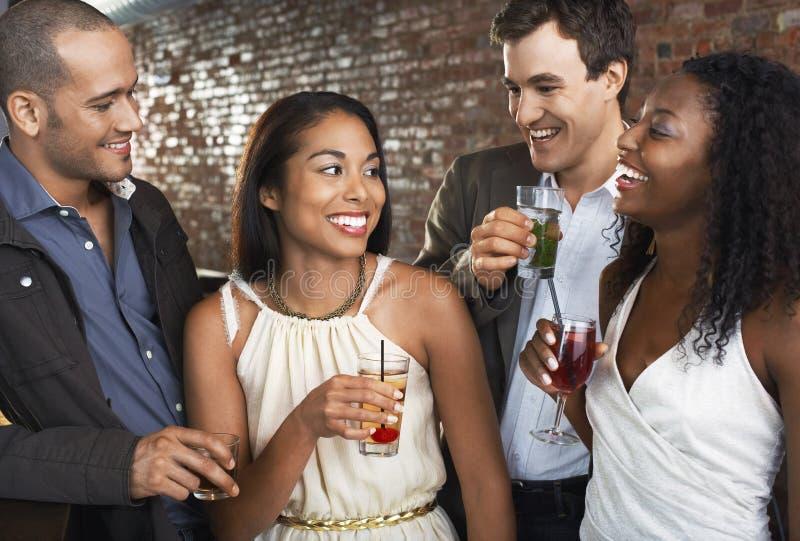 Пары с пить на баре стоковое фото rf