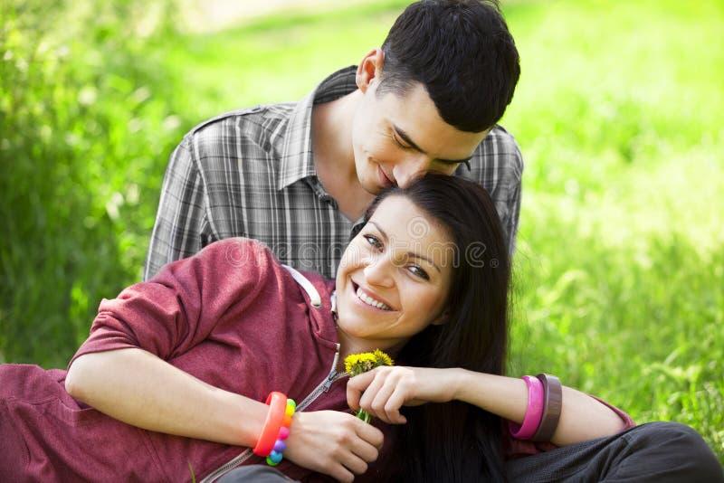 Пары с подарком на зеленой траве стоковые фотографии rf