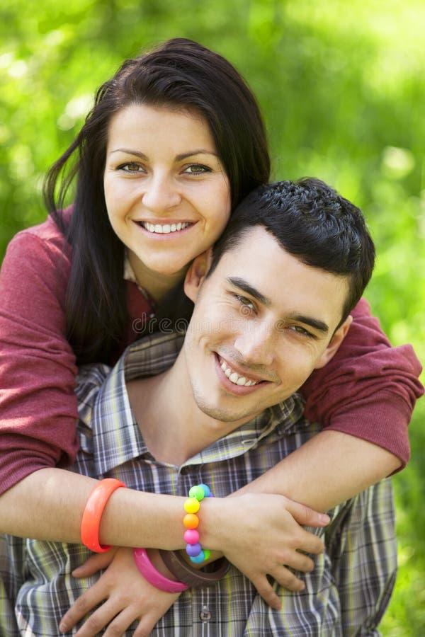 Пары с подарком на зеленой траве стоковое фото