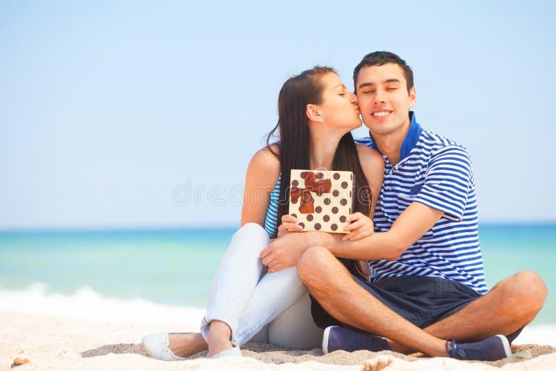 Пары с подарком стоковое фото
