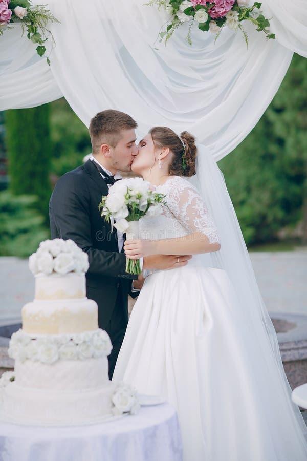 Пары с свадебным пирогом стоковая фотография rf