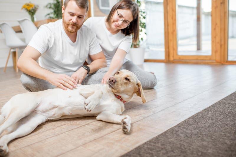 Пары с собакой в доме стоковые фотографии rf