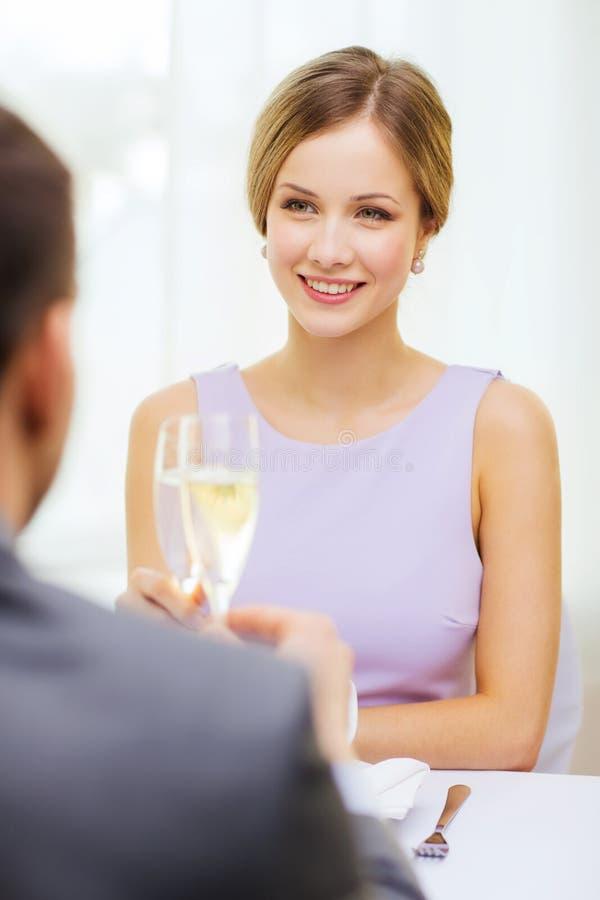 Пары с стеклами шампанского на ресторане стоковое фото