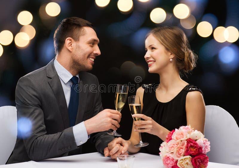 Пары с стеклами шампанского на ресторане стоковые изображения