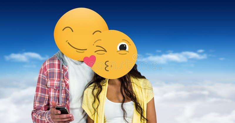 Пары с усмехаясь и целуя emojis на сторонах используя умный телефон иллюстрация вектора