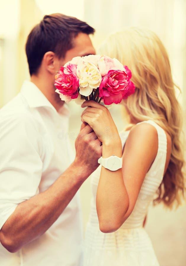 Пары с цветками в городе стоковое изображение