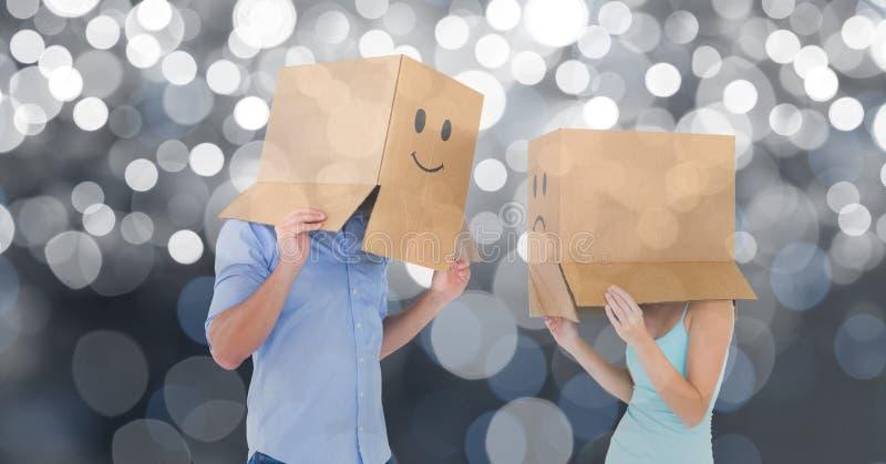 Пары с emojis на картонных коробках над предпосылкой bokeh стоковое фото rf