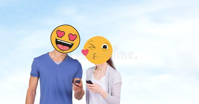 Пары с emojis над сторонами используя мобильные телефоны иллюстрация штока