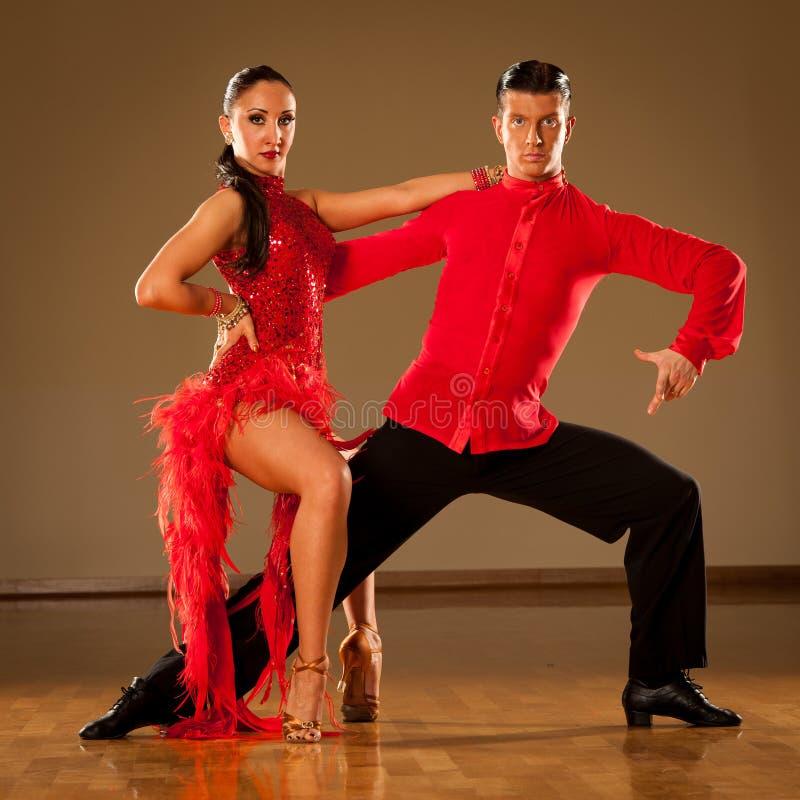 Пары танца латиноамериканца в действии - танцуя одичалой самбе стоковое изображение