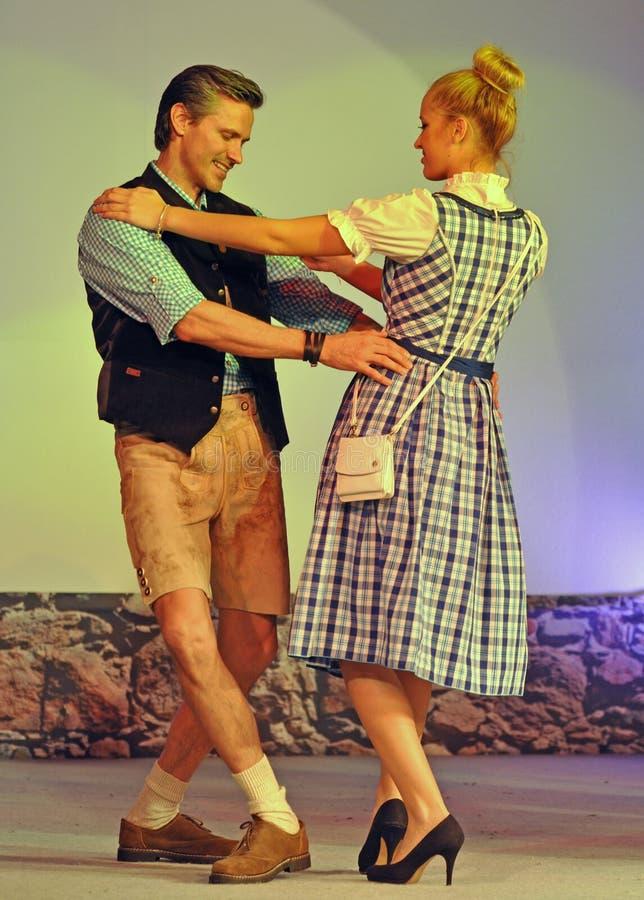 Пары танцев с платьем и ледерхозенами dirndl стоковое изображение rf