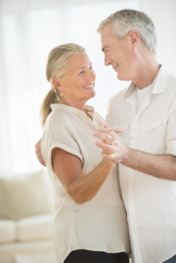 Пары танцуя дома стоковое изображение rf