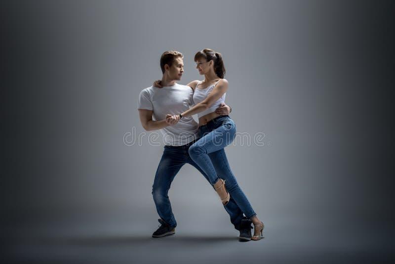 Пары танцуя социальное danse стоковые фото