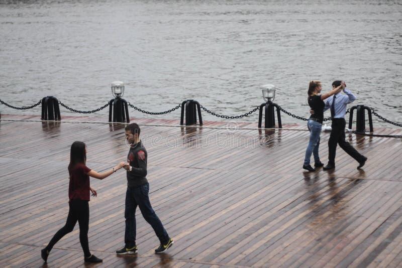 Пары танцы стоковое фото rf