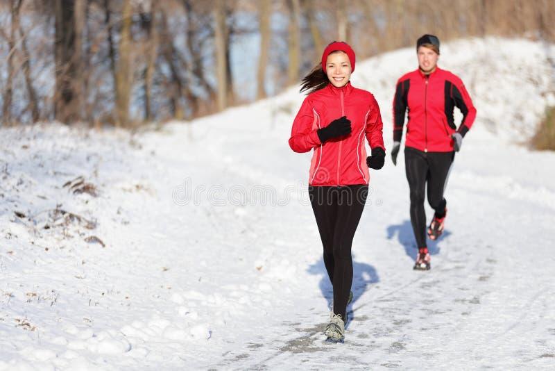 Пары тренировки зимы идущие стоковые изображения